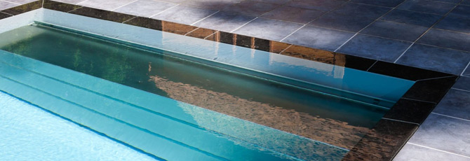 Piscine miroir monocoque d bordement for Volet roulant immerge piscine miroir